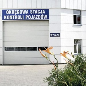 brama przemysłowa z oknami