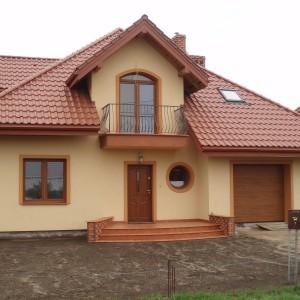 Dom jednorodzinny, stolarka PVC CT70 Rondo, kolor Złoty dąb, brama garażowa KRISPOL