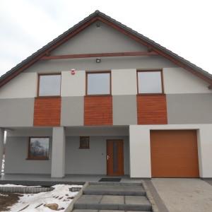 Dom jednorodzinny, stolarka PVC CT70 CAVA, kolor Indian, drzwi PVC Schuco, brama garażowa Krispol