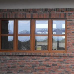 Dom jednorodzinny, stolarka okienna PVC SI82 Rondo, kolor Złoty dąb, drzwi przesuwne z niskim progiem HS THERMOSLIDE