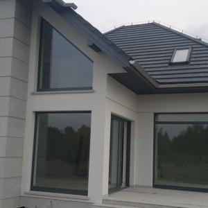 Dom jednorodzinny, stolarka aluminiowa YAWAL TM77HI+DP150, kolor strukturalny