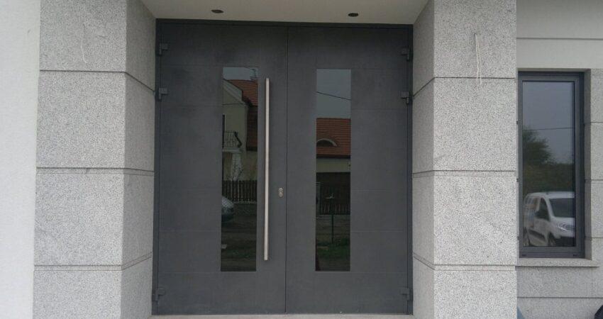 Drzwi wejściowe aluminiowe dwuskrzydłowe, profil YAWAL TM77, wypełnienie nakładkowe, kolor strukturalny