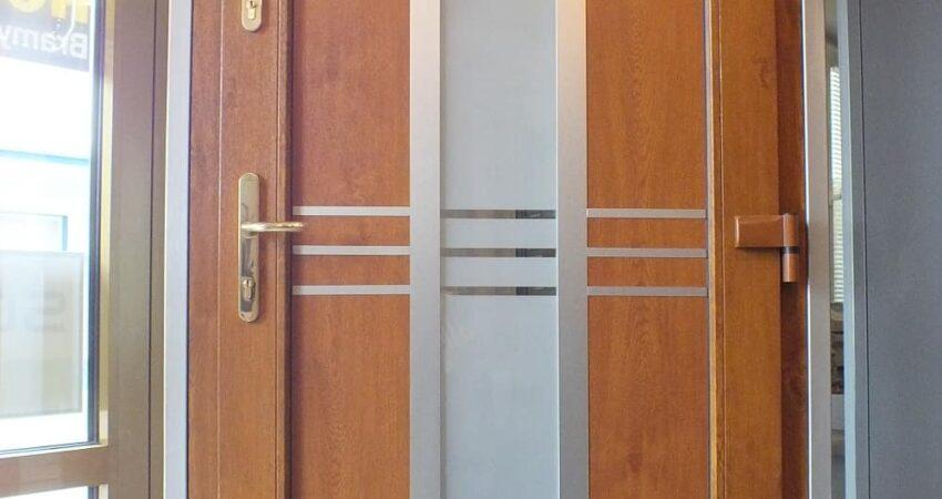 Drzwi wejściowe jednoskrzydłowe z wypełnieniem wsadowym Frohmasco Model 08-10, kolor Złoty dąb